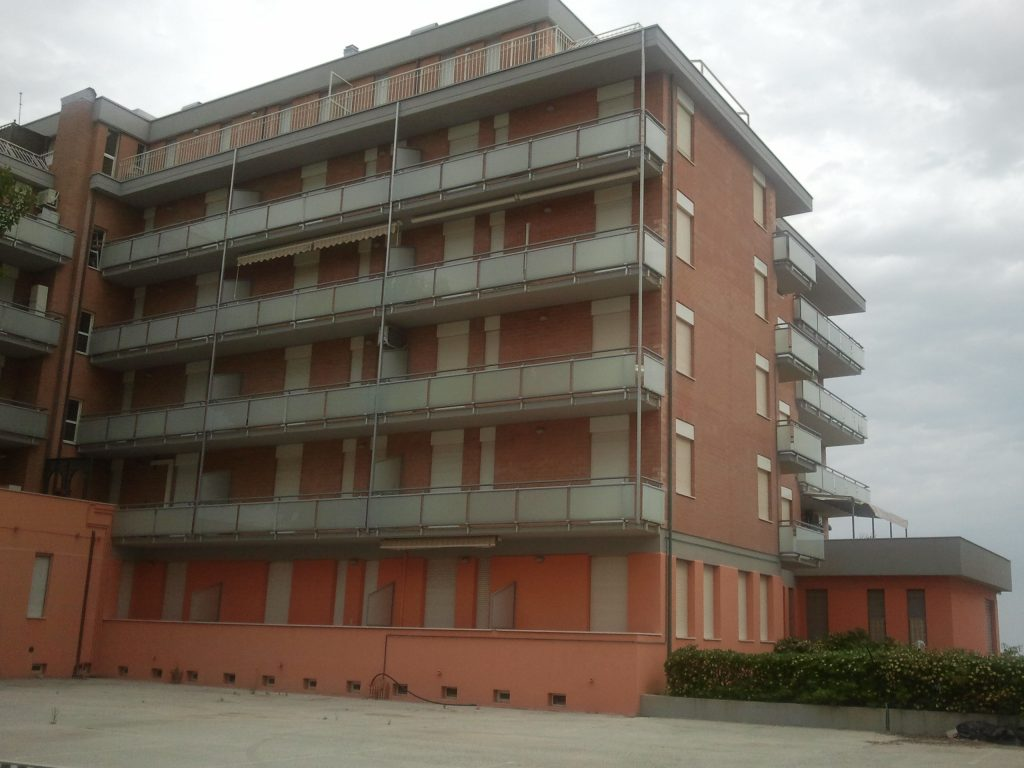 balaustre in vetro condominio sea infissii
