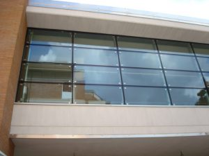 scuola san lazzaro savena facciata puntiforme